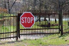 Stronniczo rdzewiejący metale blokujący palika ogrodzenia podjazdu drzwi z wielkiej przerwy drogowym znakiem wspinali się w przod obrazy royalty free