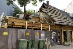 Stronniczo wyburzał dach stary budynek Fotografia Stock