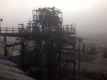 Stronniczo wyburzająca przemysłowa struktura przy azbestowym cleanup miejscem Fotografia Stock