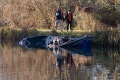Stronniczo zanurzająca kanałowa łódź po ogienia z obserwatorami fotografia royalty free