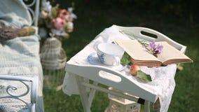 Strony książkowy kręcenie w wiatrze na stole w ogródzie zdjęcie wideo