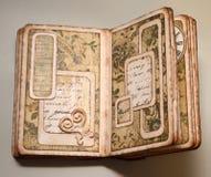 Strony przyglądający handmade album fotograficzny z kwiecistym wzorem tapetują Fotografia Royalty Free