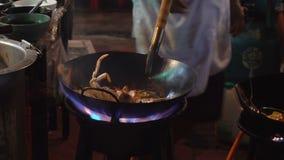Strony wok ogień w Chinatown Bangkok Cook podpalał up gorącego olej z warzywami outside na drodze przy nocą w śródmieściu zdjęcie wideo