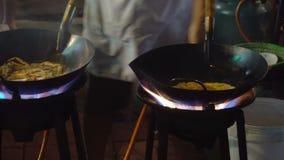 Strony wok ogień w Chinatown Bangkok Cook podpalał up gorącego olej z warzywami outside na drodze przy nocą zbiory
