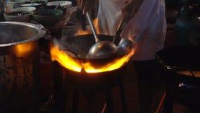 Strony wok ogień w Chinatown Bangkok zwolnionym tempie Cook podpalał up gorącego olej z warzywami outside na drodze przy nocą zbiory