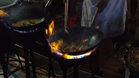Strony wok ogień w Chinatown Bangkok zwolnionym tempie Cook podpalał up gorącego olej z warzywami outside na drodze przy nocą zdjęcie wideo