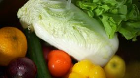 Stroom die van Water op Groenten en Vruchten vallen stock footage