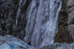 Stroom die van water van rots vallen royalty-vrije stock fotografie