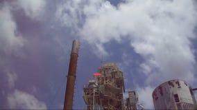 Stroom golvend in fabriek stock videobeelden