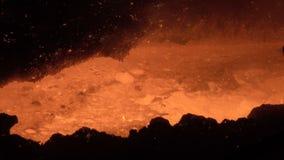 Stroom van gesmolten metaal stock footage