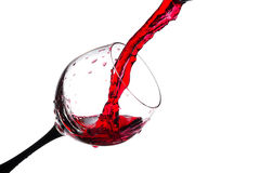Stroom van wijn die in een geïsoleerd glas worden gegoten Royalty-vrije Stock Foto's