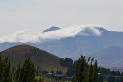 Stroom van wolken over een Berg Stock Afbeelding