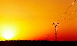 Stroomlijn tegen kleurrijke hemel bij zonsondergang Stock Afbeeldingen