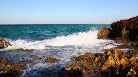 stroomschuim en schuim in het overzees van mediterraan Griekenland stock video