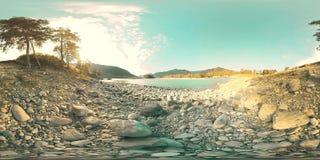 Stroomt de Virtuele Werkelijkheid van UHD 4K 360 VR van een rivier over rotsen in mooi berglandschap stock footage