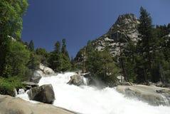 Stroomversnelling bij de Rivier van Koningen in Siërra de bergen van Nevada royalty-vrije stock fotografie