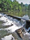 Stroomversnelling die over het Noorden Carolina Dam stromen stock foto's