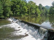 Stroomversnelling die over het Noorden Carolina Dam stromen stock fotografie
