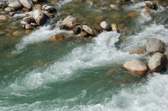 Stroomversnelling in een bergrivier in Nepal royalty-vrije stock foto's