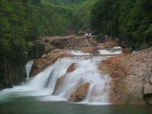 Stroomversnelling en watervallen Stock Foto's