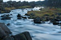 Stroomversnelling in Ijslandse rivier Royalty-vrije Stock Afbeeldingen
