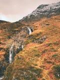Stroomversnelling in kleine waterval op stroom, Higland in Schotland een vroege de lentedag Sneeuwbergpieken Royalty-vrije Stock Afbeeldingen