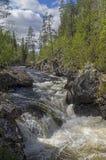 Stroomversnelling met waterval op de bergrivier Stock Foto