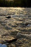 Stroomversnelling van een rivier Sora vóór schemer Stock Fotografie