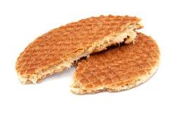 Stroopwafel holländsk karamelldillande som är bruten i halva Fotografering för Bildbyråer