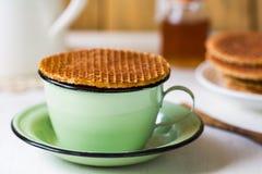 Stroopwafel på kaffekoppen royaltyfri foto