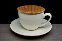 Stroopwafel su una tazza Fotografie Stock