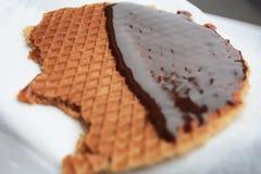 Stroopwafels, типичный голландский десерт с циннамоном и внутренностью меда предусматриванный с тонким слоем шоколада стоковые фото