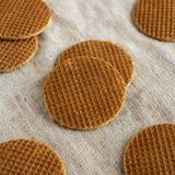 Stroopwafels holandeses hechos en casa con el relleno del miel-caramelo en el pa?o, opini?n de ?ngulo bajo Primer imagen de archivo libre de regalías