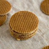 Stroopwafels holandeses hechos en casa dulces con el relleno del miel-caramelo en el pa?o, opini?n de ?ngulo bajo Primer fotos de archivo libres de regalías