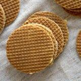 Stroopwafels holandeses hechos en casa dulces con el relleno del miel-caramelo en el pa?o, visi?n superior Desde arriba de, endec imagen de archivo libre de regalías