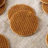 Stroopwafels holandeses hechos en casa sabrosos con el relleno del miel-caramelo en el pa?o, opini?n de ?ngulo bajo Primer imagen de archivo libre de regalías