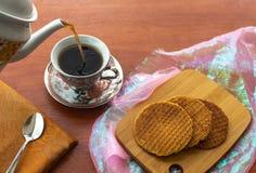 Stroopwafels med kaffe tjänade som från en kanna royaltyfri bild