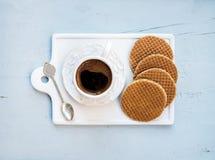 Stroopwafels olandesi del caramello e tazza di caffè nero Immagini Stock Libere da Diritti