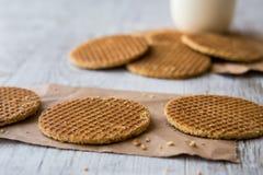Stroopwafels/Waffles карамельки голландские с чаем или кофе Стоковое Изображение RF