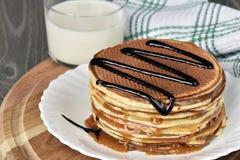 Stroopwaffels或荷兰奶蛋烘饼用焦糖 免版税图库摄影