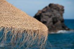 Stroparaplu bij een strand stock foto