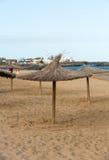 Stroparaplu op het strand Royalty-vrije Stock Foto's
