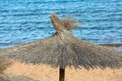 Stroparaplu op het strand Stock Foto's