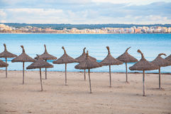 Stroparaplu's en leeg strand stock afbeeldingen