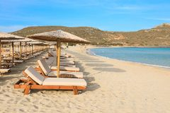Stroparaplu's en sunbeds, aquamarijnoverzees en zacht wit zand van mooi Simos-strand, Elafonisos-eiland, de Peloponnesus, Grieken Royalty-vrije Stock Foto