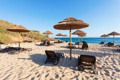 Stroparaplu's in het strand stock fotografie