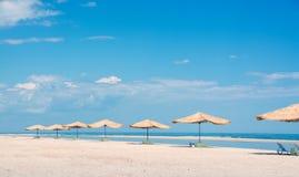 Stroparaplu's van de zon op het strand Stock Foto