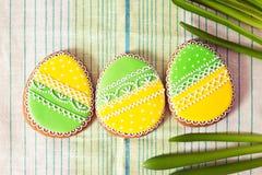 Stroped het eigengemaakte de peperkoekkoekje van Pasen over servet stock foto