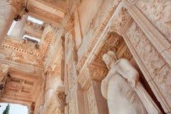 Stropować dziejowa Celsus biblioteka Ephesus miasto z antykwarską rzeźbą Fotografia Royalty Free