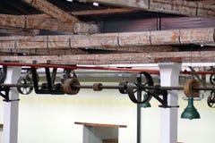 Stropować wspinających się pulleys w starej bawełnianej przerobowej fabryce i paski Zdjęcie Royalty Free